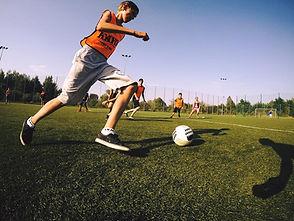 gra w piłke po hulajnodze