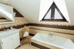 Horní koupelna s vanou