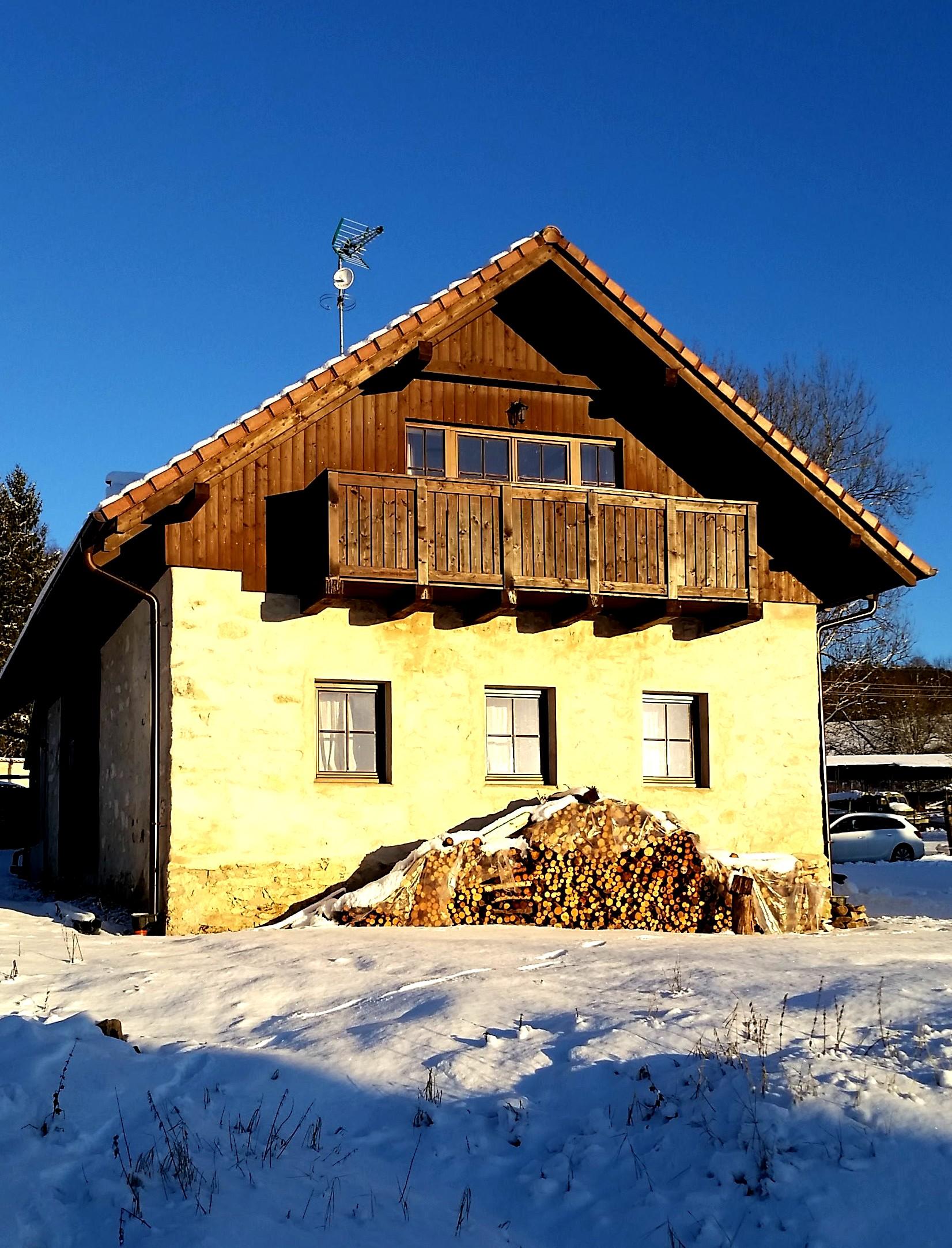 Chalupa přední pohled v zimě