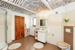 Dolní koupelna s klenbovým stropem
