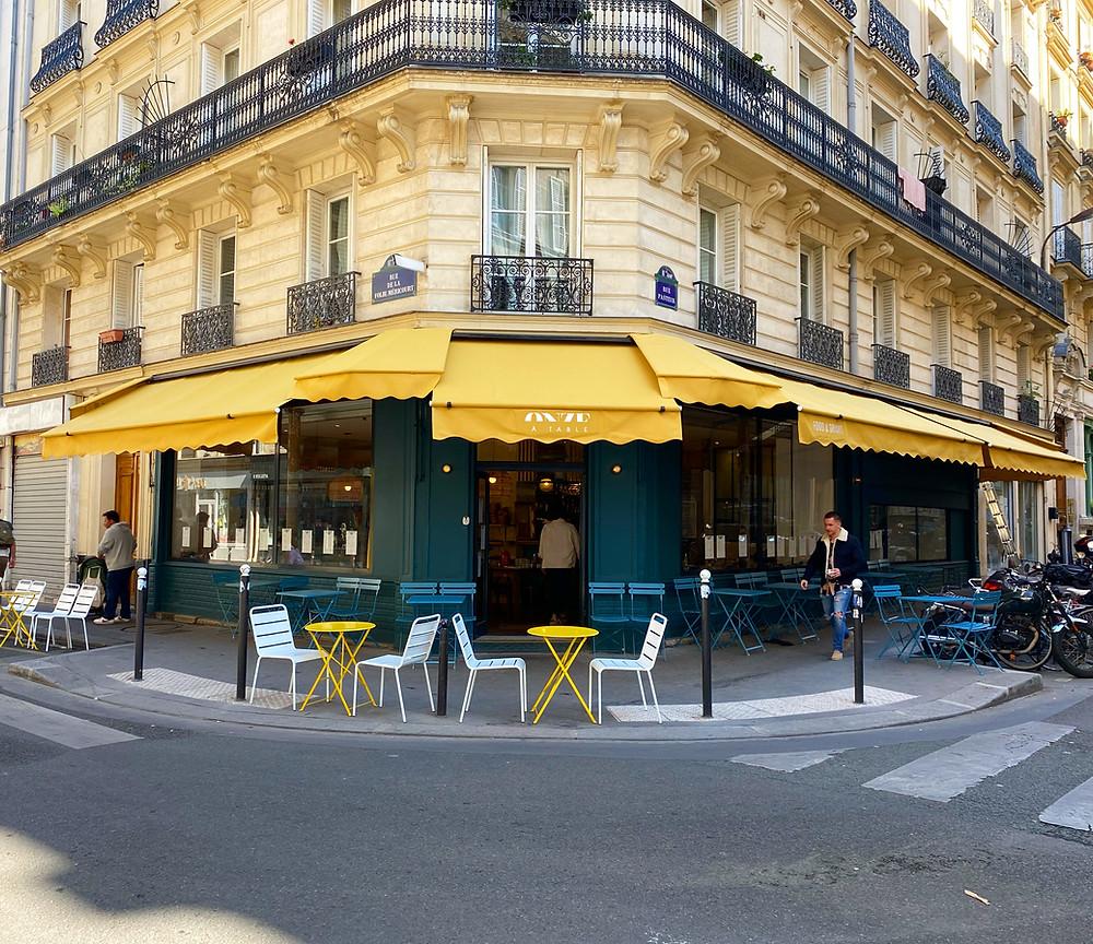 Stores bannes monobloc pour le restaurant Onze à Table lambrequins lumineux