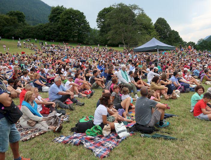 La folla accorsa per ascoltare il concerto di Cristicchi