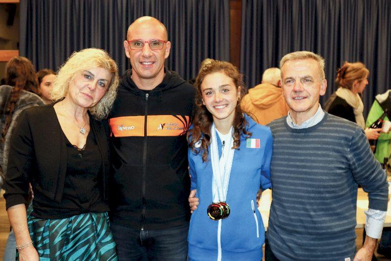 Angela Mattevi con i genitori e Antonio Casagrande (a destra)
