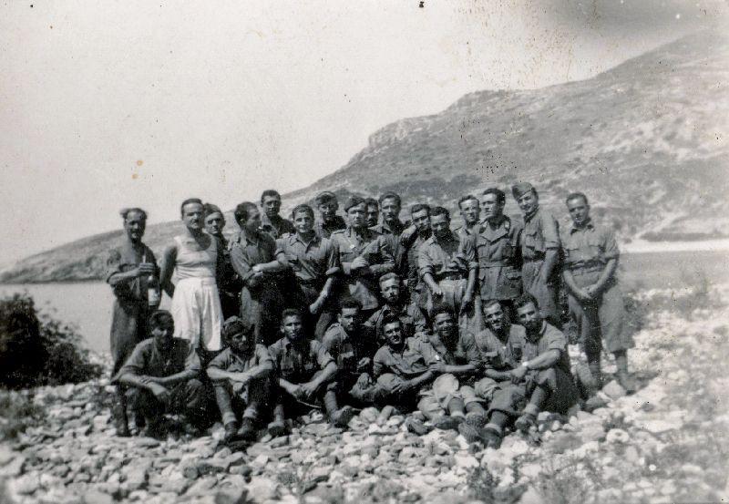Un gruppo di soldati italiani a Cefalonia. Severino Chiesa è il terzo in piedi da sinistra