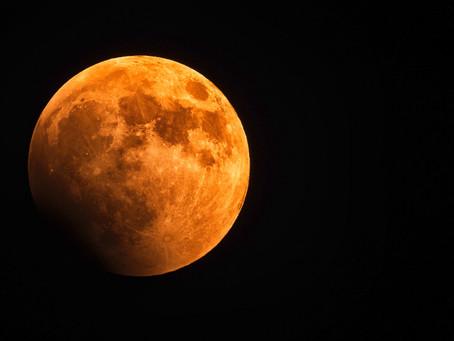 Ottobre, il mese delle due Lune piene, comincia con la Luna Rossa di oggi