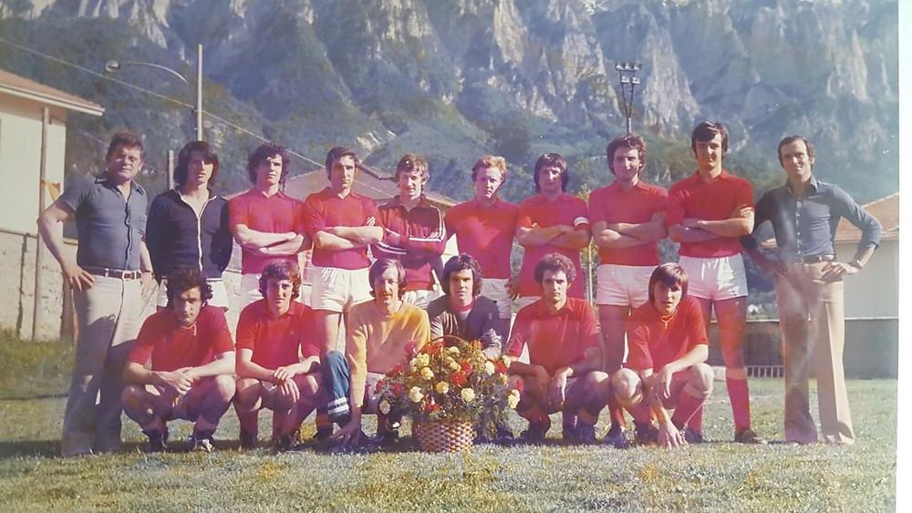 Il Borgo degli anni '70. Bonella il secondo accosciato da sinistra.