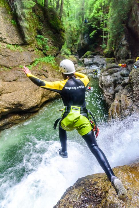 Springen in klaren Bergwasser