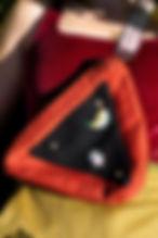 Pochette-triangle-rouge-portée-allongée-