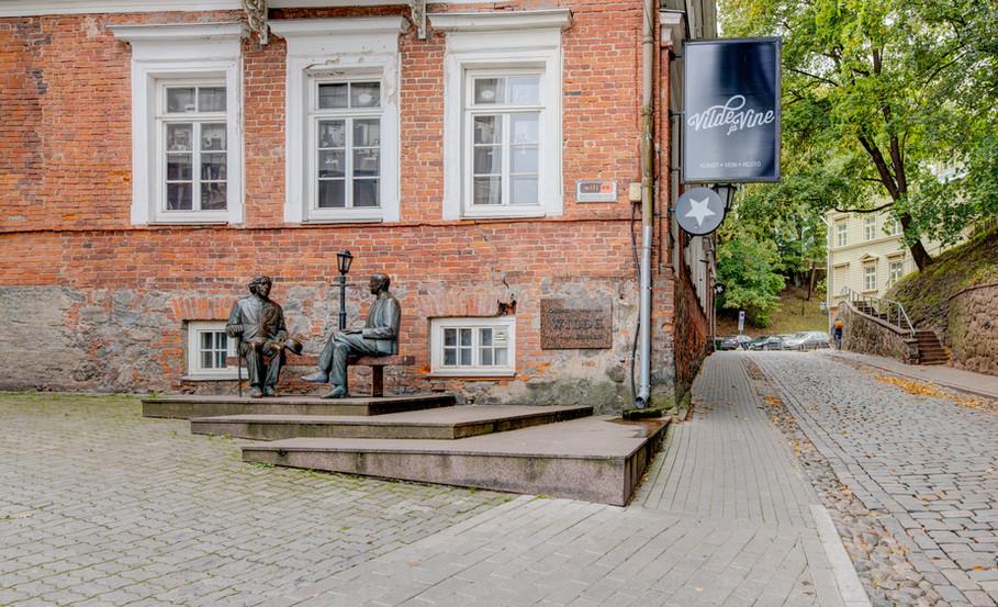 Oscar Wilde and Eduard Vilde statue