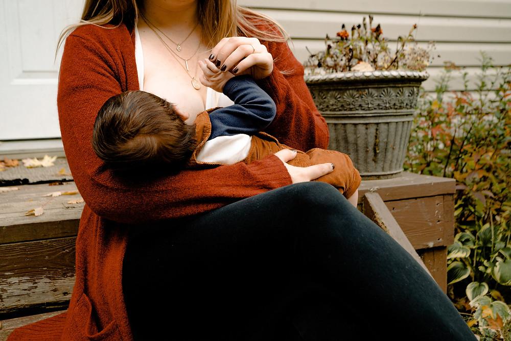 mãe amamentando o seu bebê