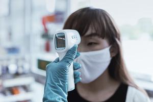 medindo a temperatura de uma pessoa
