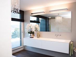Schlichte Eleganz durch eingelassenen Spiegelschrank und Wandarmaturen
