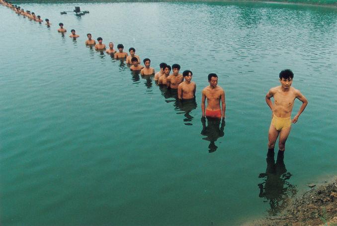 《为鱼塘增高水位》(Line-Man)是 张洹 的作品, 《为鱼塘增高水位》(Line-Man)创作于Beijin, 1997. 张洹 是中艺国际| ZAI 推荐的艺术家 , 关注中艺国际, 获得张洹 的最新动态.