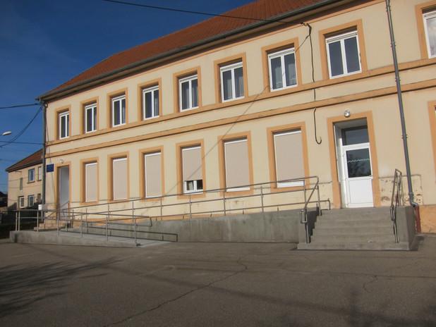 Mise en place de la rampe PMR à l'école.