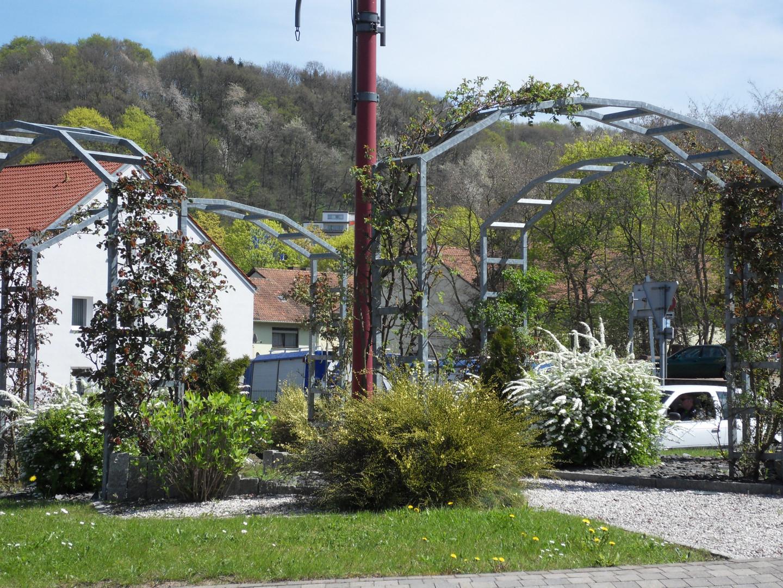 Fleurissement du rond-point de La Brême d'Or.