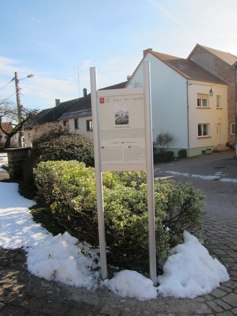 Installation des panneaux historiques au centre du village.