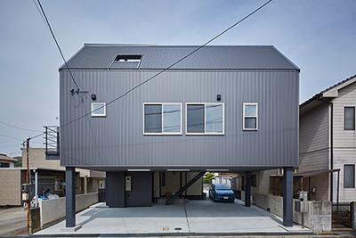 【事例紹介】狭小地に建つ駐車4台可能な家