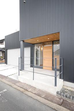 玄関外側_駐車スペース
