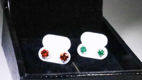 Brincos de prata com pedras granada e esmeralda.