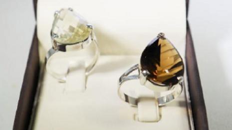 Anéis de prata com pedra quartzo e fumê.