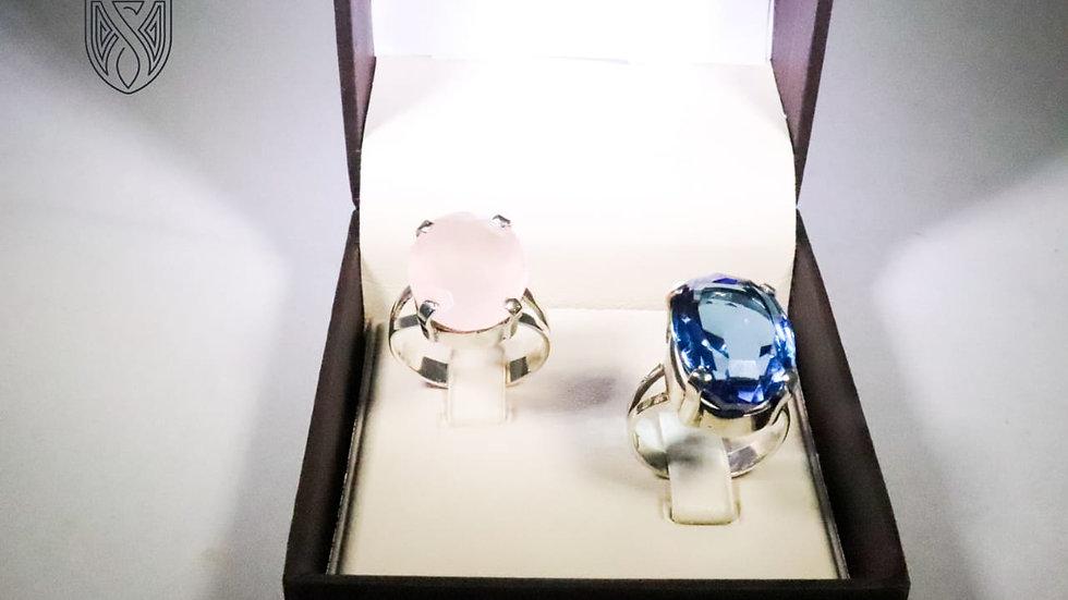 Anéis de prata com pedra quartzo rosa e topázio azul.