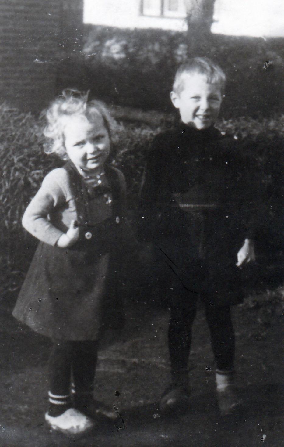 Onno met zus Hanny jaren 40