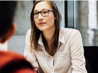 Hombres, se comprometen con mujeres mentoras