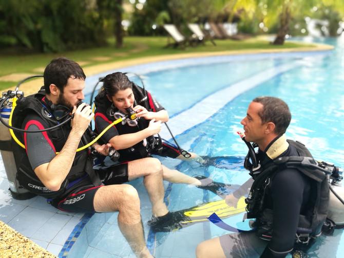 Plongeurs en piscine