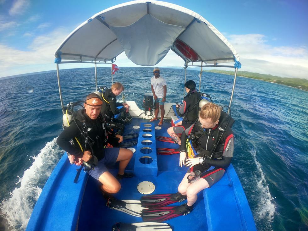 Notre bateau et des plongeurs