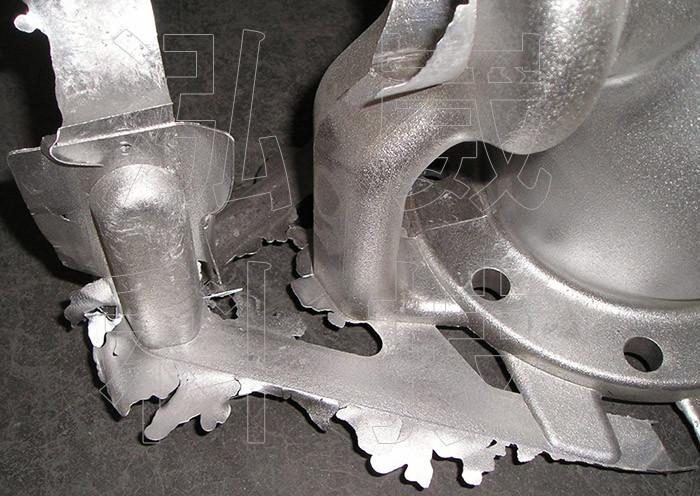 圖1.原始重力鑄造模具底部的金屬融湯滲漏現象
