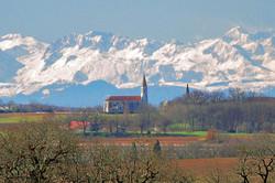 Saint-Léonard- vue de StCréac sur l'église et les Pyrénées