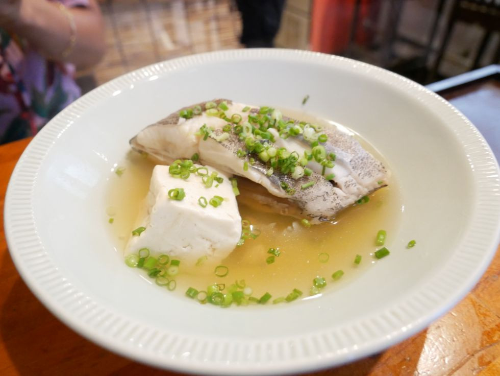 『居酒屋太助』で地元の方と触れ合いながら、地場の野菜や旬のお魚を贅沢に頂く