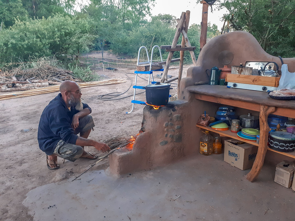 Johan cooking the curry on their clay rocket stove - AvVida.co.uk