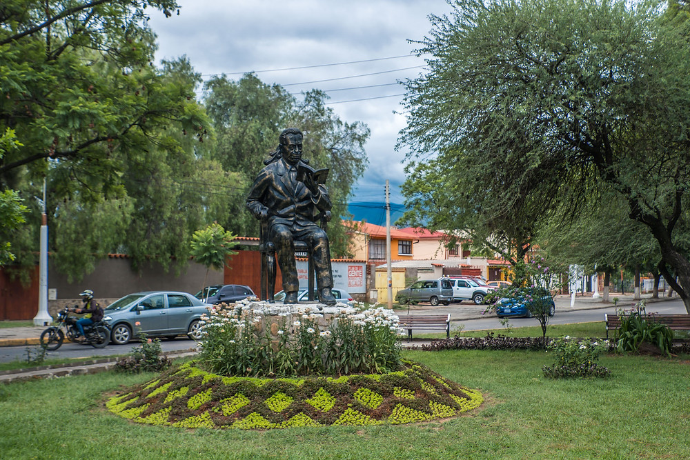 Statue of man sitting reading in Tarija, Bolivia. AvVida.co.uk