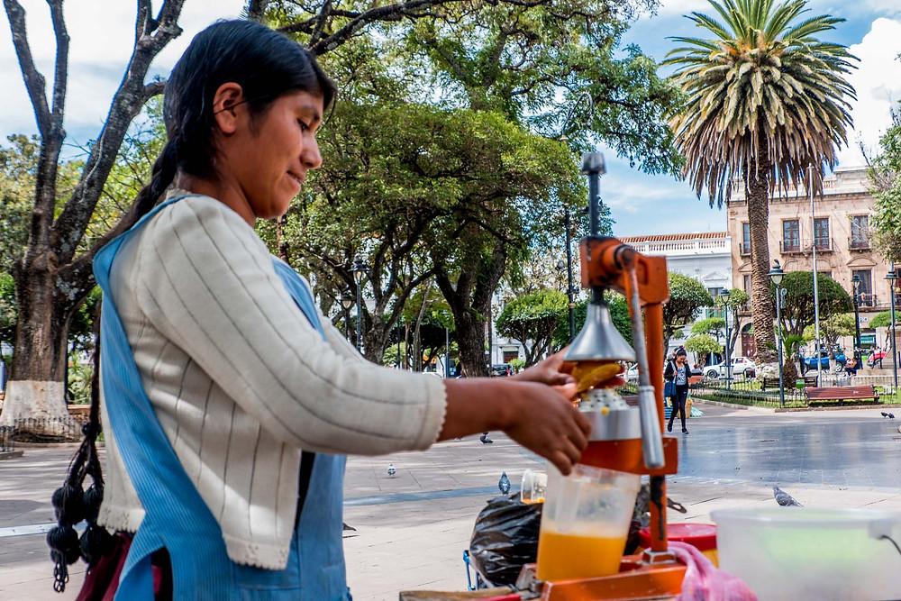 A local lady making orange juice - AvVida.co.uk