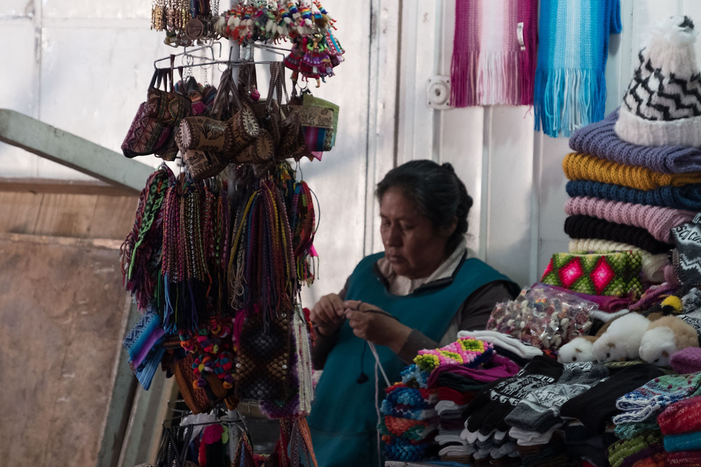 A lady making her wares in the San Pedro market.  AvVida.co.uk. Photo by Suzie Bostock.