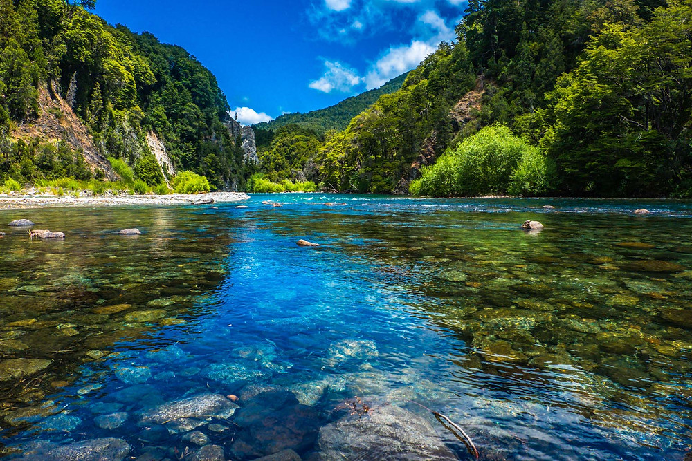 The clear water of Rio Manso, Patagonia - AvVida.co.uk