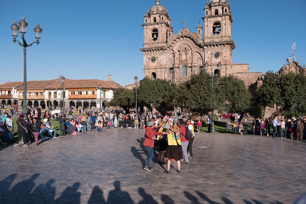 Dancing by the fountain in Cusco main plaza.  AvVida.co.uk. Photo by Suzie Bostock.