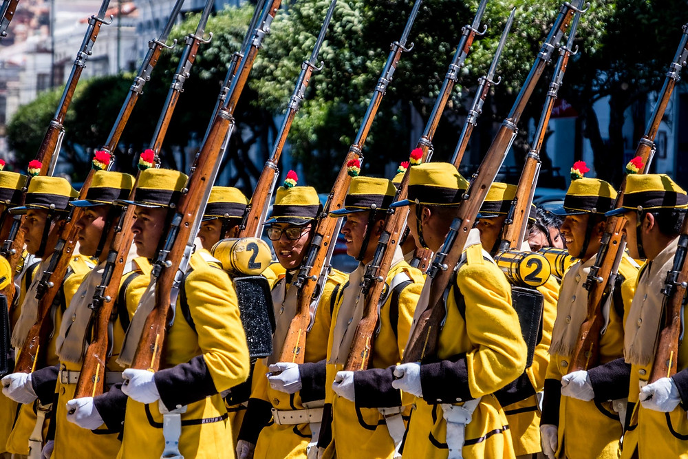 Soldiers in yellow in Sucre - AvVida.co.uk
