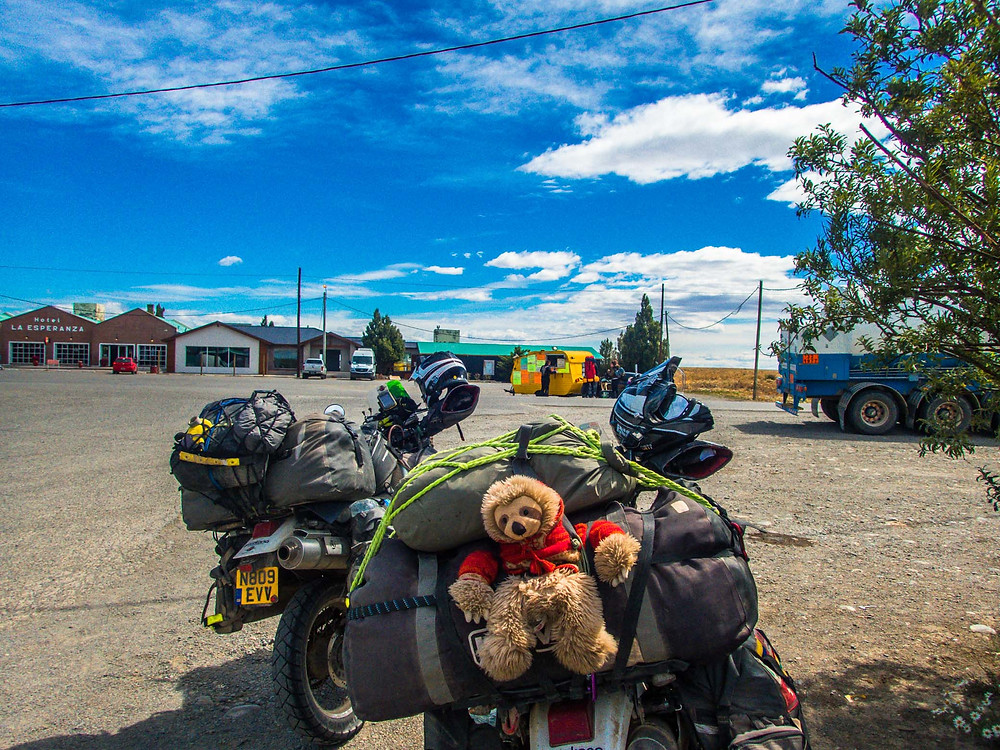 Suzie buying some much needed food on route across Argentina - AvVida.co.uk