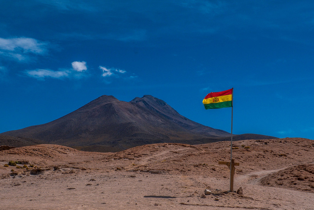 Bolivia flag flying before Valle de Rocas - AvVida.co.uk