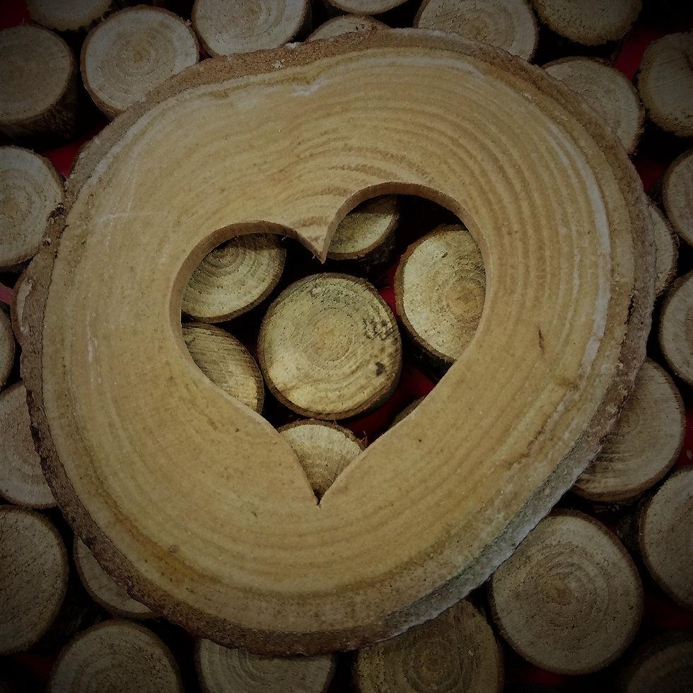 Un corazón tallado en una rodaja de castaño