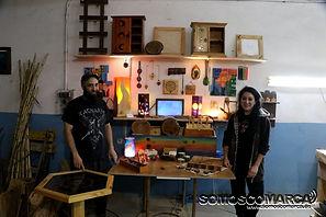 Foto de mi pareja y yo posando con nuestros productos en nuestro taller