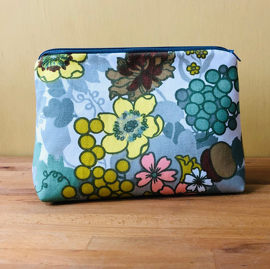 Large Zip Pouch Vintage Fabric Buttercups & Daisies