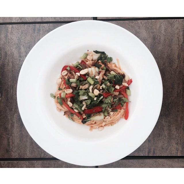 Nouilles thaï aux légumes et arachides    Dodo la Grano - recettes végétaliennes, santé et simples