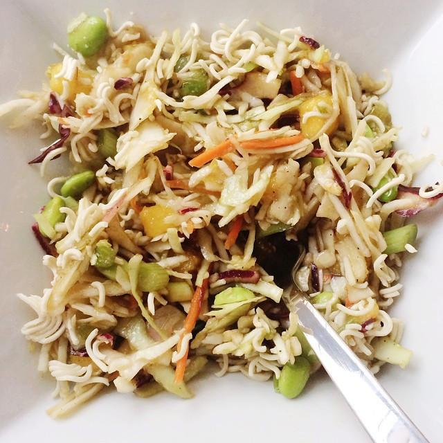 Salade de choux et ramens | Dodo la Grano - recettes végétaliennes, santé et simples