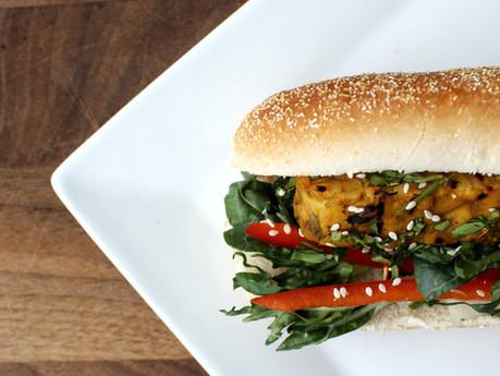 Hot dogs au tempeh thaï, poivron rouge et bok choy