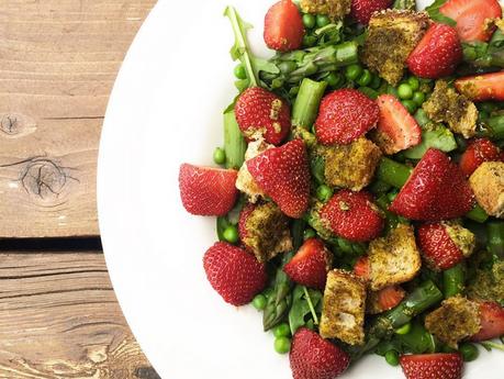 Salade d'asperges, fraises et croûtons au pesto