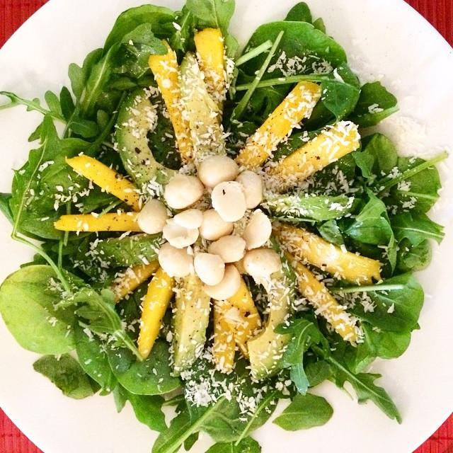 Salade tropicale avocat, mangue, noix de coco    Dodo la Grano - recettes végétaliennes, santé et simples