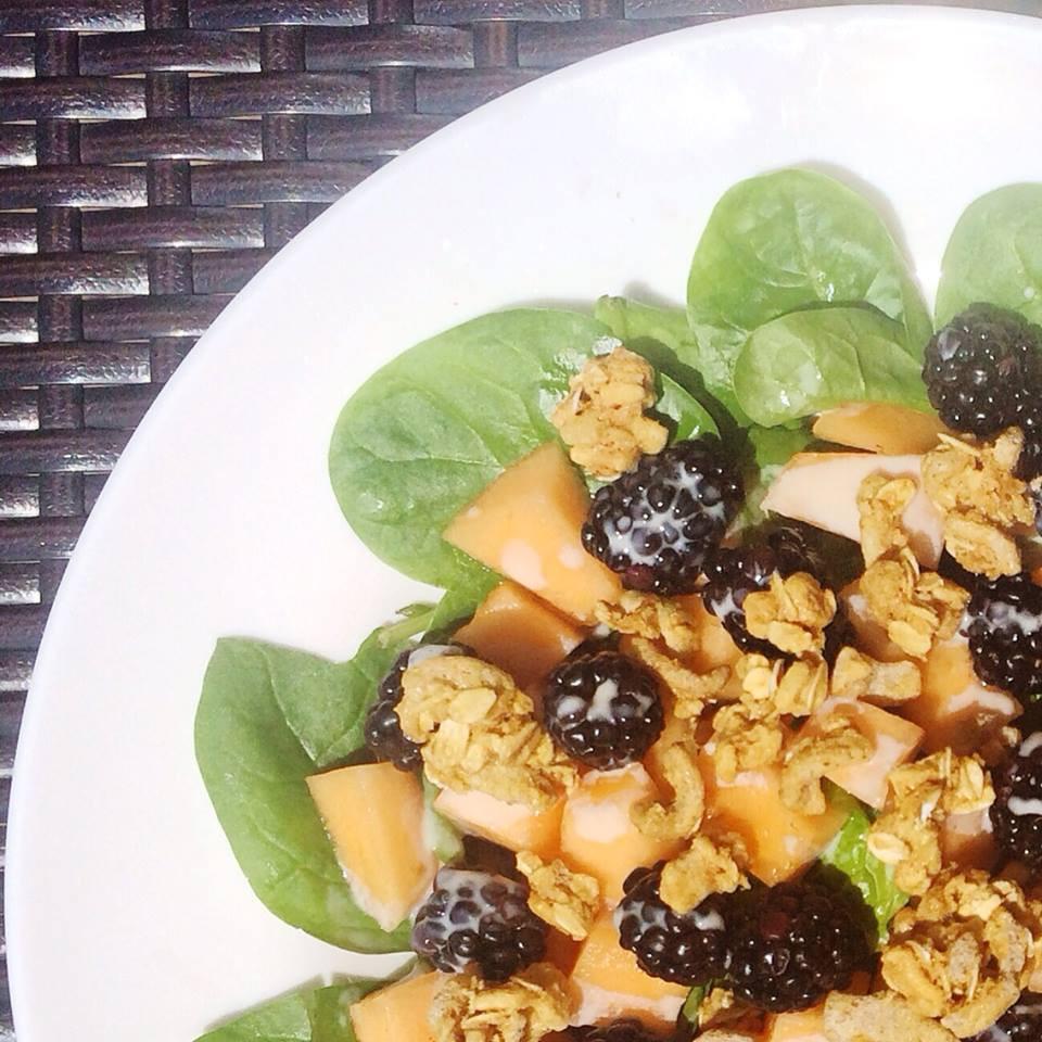 Salade cantaloup, mûres et granola  | Dodo la Grano - recettes végétaliennes, santé et simples